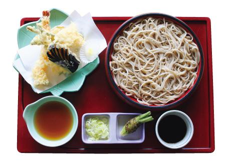天然海老と季節の野菜の「天ぷら付きせいろ」など 定番メニューの多さは蕎麦に対する自信の表れです。