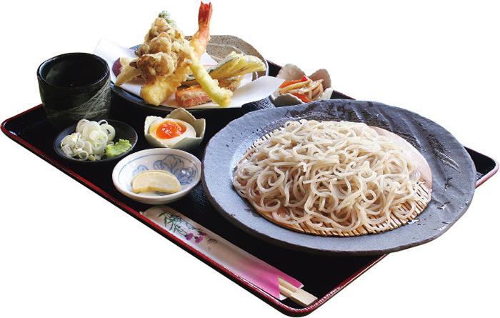肉厚でプリプリの大海老と 季節の野菜の天ぷらと 黄金蕎麦の組み合わせは絶品。