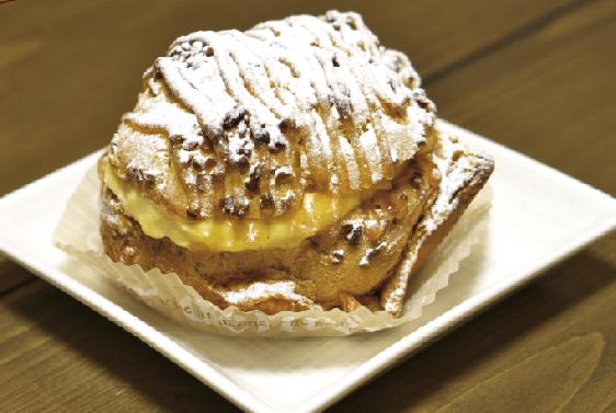 1番人気 三穂田夢ドーム 240円(税込)特製の梅ジャムソースのかかったパリッとした食感のシュー生地が特徴。オーダー時にクリームをお詰めします。