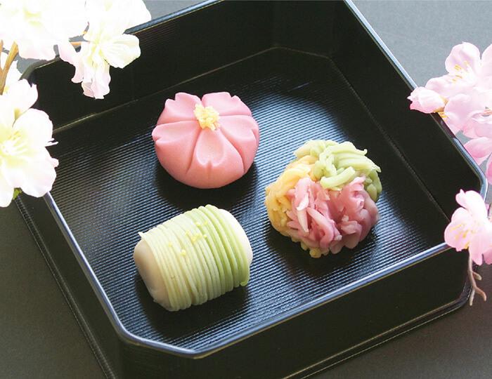 春の上生菓子(〜4月中旬まで) 桜の季節、柳は緑、花の山 各205円 目でも味わう、美しい日本の春