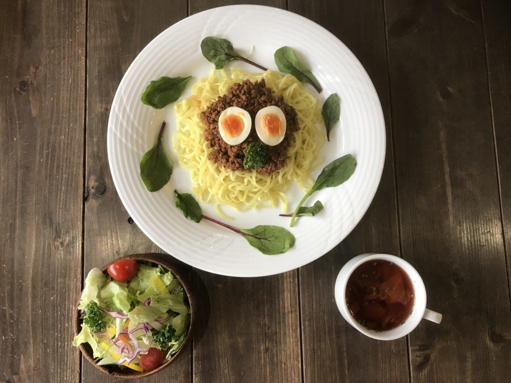 地鶏の麻婆麺 700円(税込み)サラダ・スープ付き