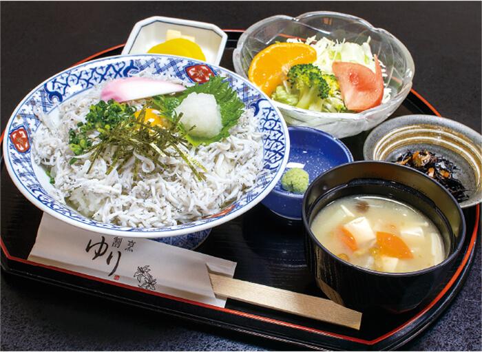 かまあげしらす丼 850円(税込):漬物、小鉢、汁物付き