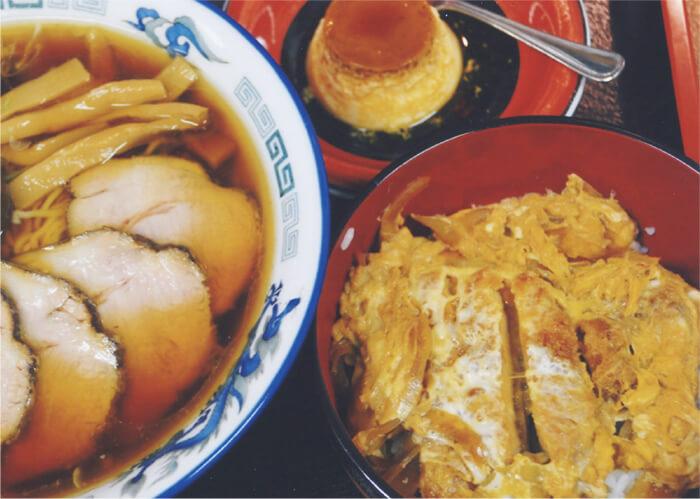 得々セット 950円(税込):ハーフカツ丼、らーめん、自家製プリン