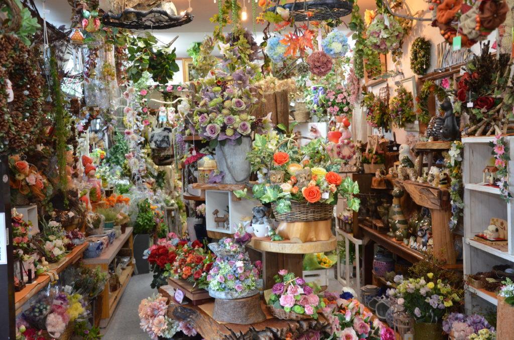 店内にはアレンジメントや花材や雑貨が並びます