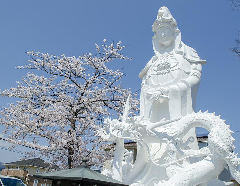 白龍観世音菩薩像。台座が永代供養の納骨堂になっております